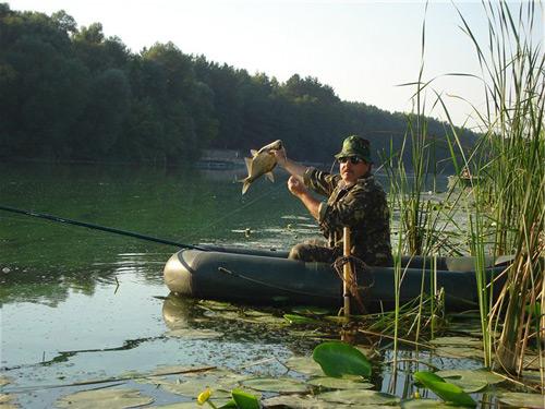Рыбалка с лодки, это вообще отдельная тема, особая атмосфера уединения и красоты воды, делает её поистине незабываемым удовольствием. Плюс к этому, здесь рыба и по размерам больше и разнообразнее