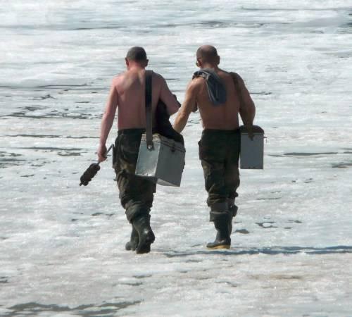Рыбаки на весеннем льду