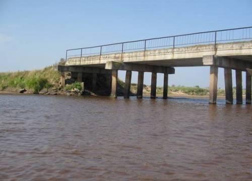 Мост, с уходящими под воду сваями