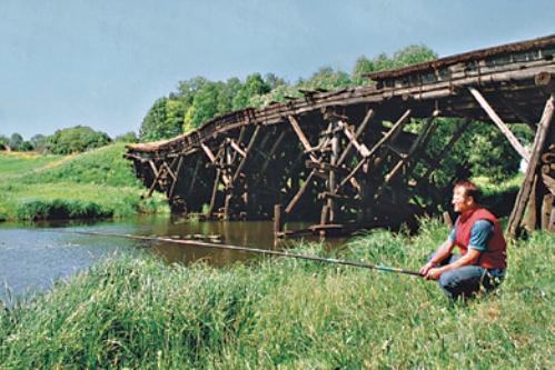 Ловля возле старого разрушенного моста