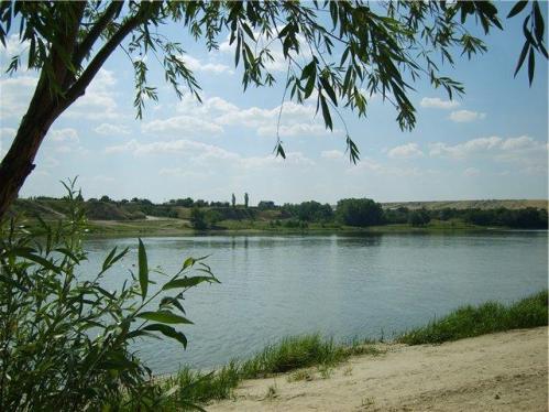 Снижение уровня воды в реке из-за засухи