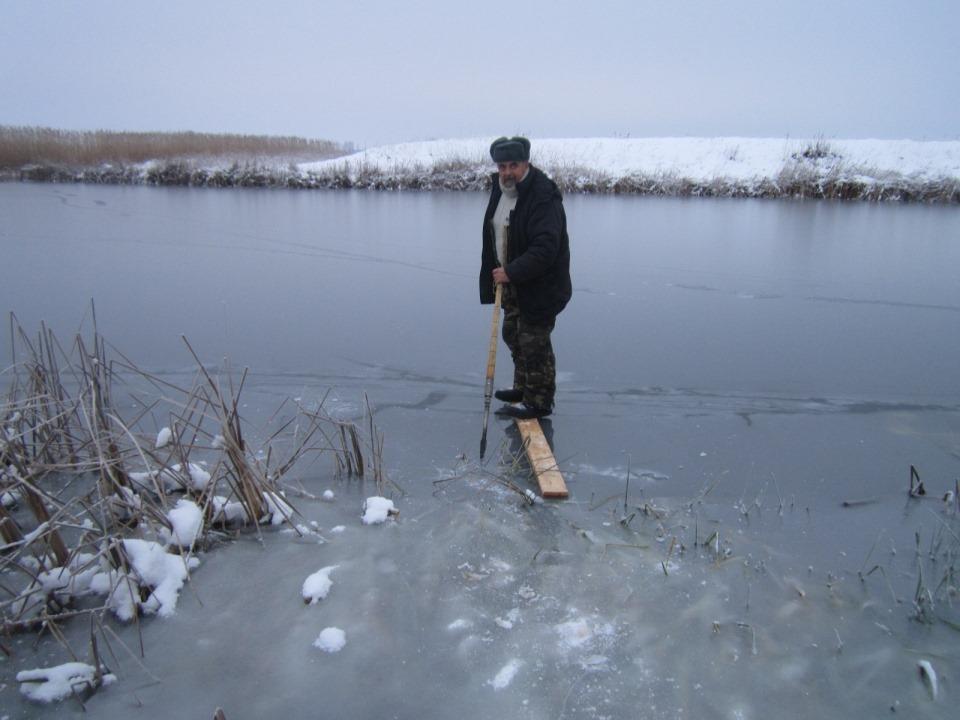 Всегда в первую очередь проверяйте лед на крепость. На фото – первый лед