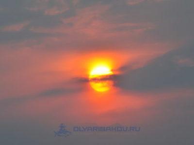солнце, садящееся в плотные облака.